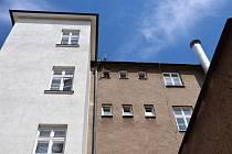 Krnovští strážníci Petr Gusty a  Lukáš Měrka mohou mít dobrý pocit ze záchrany lidského života. Na poliklinice se žena se sebevražednými sklony zamkla na toaletách ve čtvrtém patře a balancovala na okenní římse.