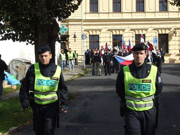 Pochod doprovázeli policisté.