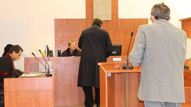 PŘED SOUDEM. Osmašedesátiletý Mojmír P. (vpravo) neboural od roku 1975. Poprvé až vloni a hned z toho byla smrt, za niž se zpovídá před soudem.