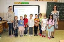 Žáčci první třídy Základní školy a Mateřské školy Stará Ves s třídní učitelkou Miroslavou Štěpánovou a asistentkou Kateřinou Ryšavou.