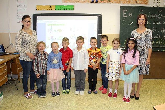 Žáčci první třídy Základní školy a Mateřské školy Stará Ves střídní učitelkou Miroslavou Štěpánovou a asistentkou Kateřinou Ryšavou.