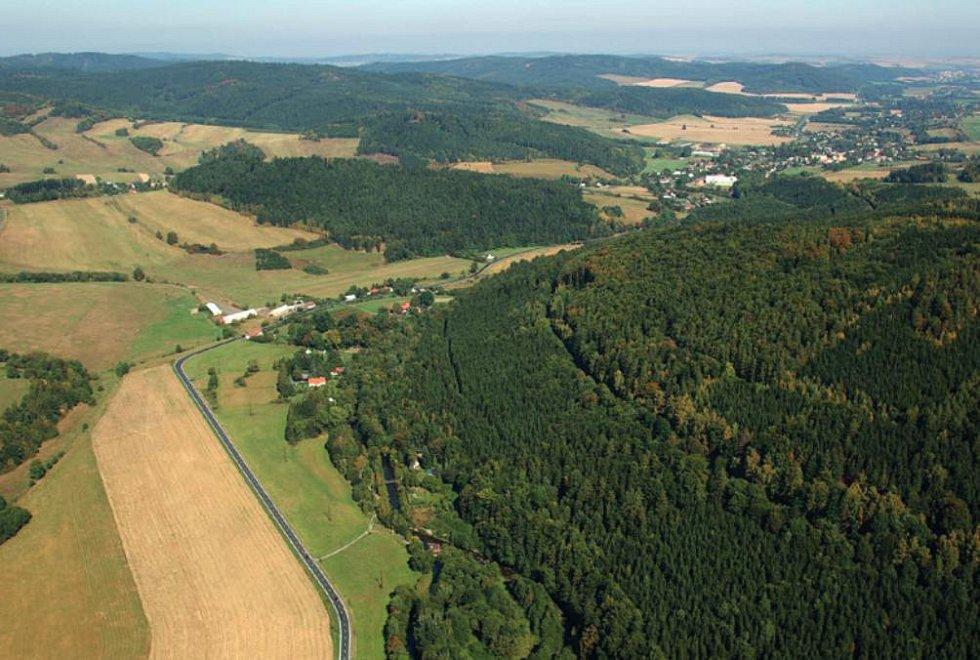 Letecký pohled po toku (vpravo nahoře obec Zátor) - současný stav.