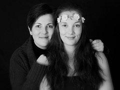 Maminka a dcera. Šárka Zgarbová z Bruntálu se svou dcerou Zuzanou, kterou už dlouhá léta učí fotografovat.