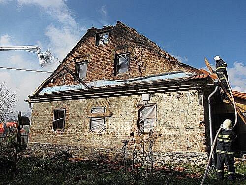 Podkroví a střecha staršího rodinného domku v Bílčicích na Bruntálsku vzplála v sobotu před jedenáctou hodinou dopoledne.
