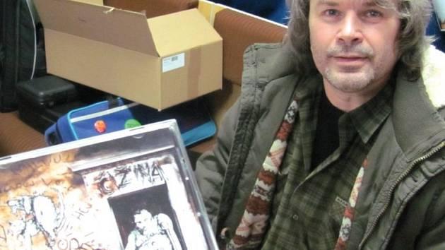 Kapelník, zpěvák, frontman a dvorní skladatel i textař Čižiny Vlastík Hutera zařadil na debutové album hity svých předchozích kapel i úplné novinky. Plno materiálu zbylo, takže druhé album nejspíš na sebe nenechá dlouho čekat.
