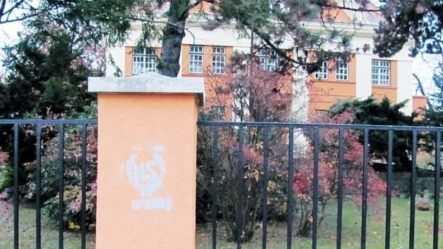 """Nová fasáda na plotě a vedlejší budově Flemmichovy vily v Krnově se """"pyšní"""" novou výzdobou."""