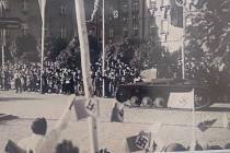 """KRNOV 6. října 1938: Před krnovskou poliklinikou místní německé obyvatelstvo vítá hákovými kříži """"osvoboditelskou"""" německou armádu. Dokonce sehnali i malý slabě pancéřovaný tančík Panzer, který měl sloužit jen k výuce tankistů. Adolf Hitler osobně navštív"""