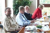 Vedení Českých drah na jednání v Krnově zastupoval generální ředitel Petr Žaluda (druhý zprava) a ekonomický náměstek Michalem Nebeským (třetí zprava). Snímek je zachycuje při pracovním obědě v restauraci Cvilín.