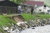 Povodí Odry nechalo loni v Krnově opravit a zpevnit břehy řeky Opavy v Krnově Kostelci. Přestože zpevnění břehů v tomto úseku stálo kolem 15 milionů a mělo vydržet padesátiletou vodu, při první příležitosti se zde začínají množit sesuvy.