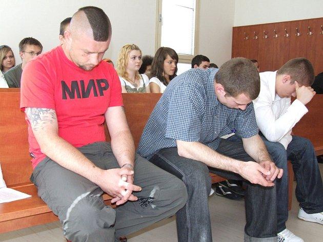 Povedenou trojici obžalovala státní zástupkyně v jednací síni bruntálského soudu z vydírání.