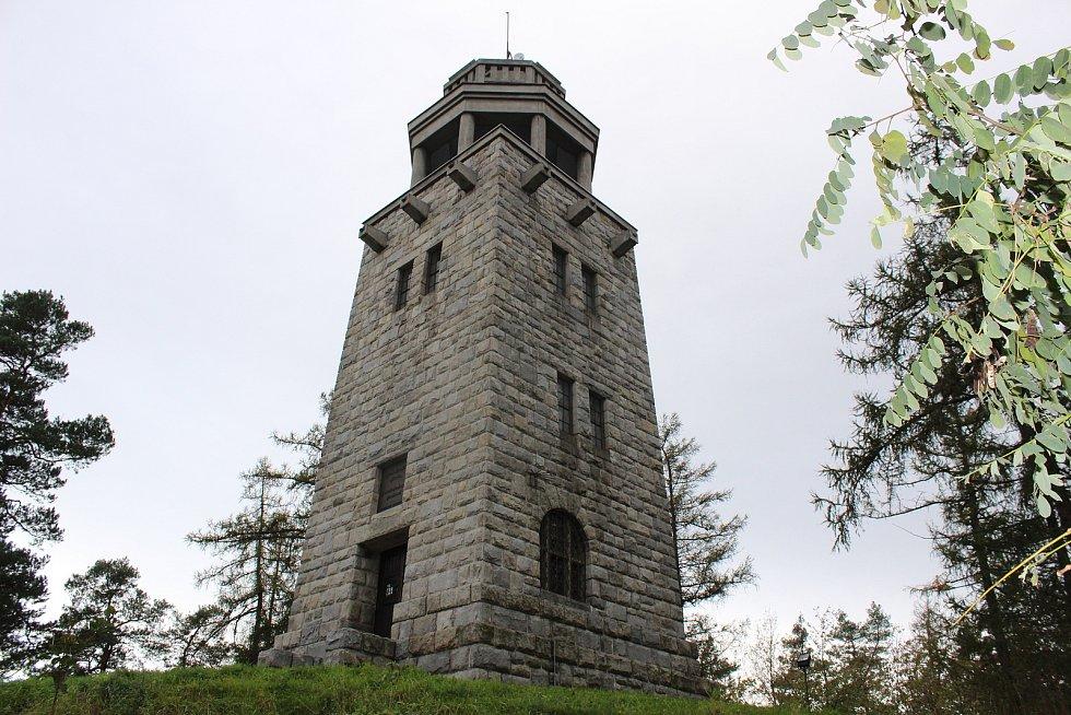 Rozhledna Hanse Kudlicha na vrchu Strážiště v Úvalně.