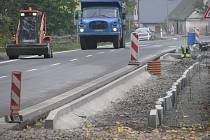Dnes musí obyvatelé Holčovic chodit po krajnici frekventované vozovky, ale už brzy zlepší bezpečnost v centru obce na 600 metrů nového chodníku.