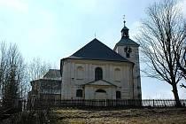 Kostel svatého Jakuba Staršího stojí ve svahu nad křižovatkou v dolní části obce Dolní Moravice.