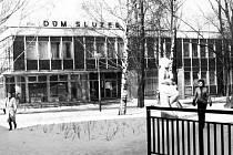 Okresní podnik služeb Bruntál měl jednu svou provozovnu u Kobylího rybníka, takto objekt vypadal před rokem 1989.