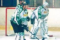 Hokejisté Horního Benešova doma na Šumperk nestačili a do finále postoupil jejich soupeř. Na snímku vlevo kapitán Radovan Fraš, vpravo gólman Petr Vlašánek.