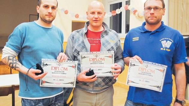 Velikonoční mariášový turnaj se v Horních Životicích vydařil. Na snímku tři nejlepší, zleva druhý Martin Dobeš, vítěz Erich Nevřela a třetí Marcel Zapletal.