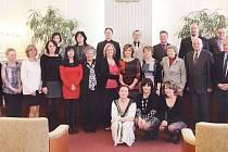 Pedagogové převzali ocenění v obřadní síni radnice.