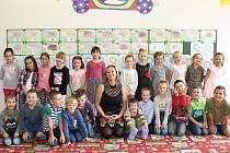 Žáčci třídy 1.B Základní školy Bruntál, Jesenická 10, se svou třídní učitelkou Evou Kostrůnkovou.