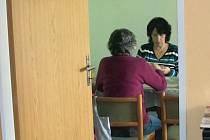 Členky klubu hrají karty v druhé místnosti, protože v hlavním pokoji již pro ně není místo.