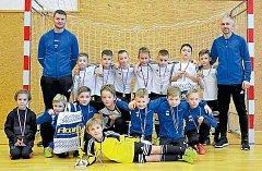 Společná fotografie vítězného bílého a celkově šestého modrého mužstva Slavoj Olympie Bruntál na turnaji ve Šternberku.
