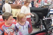 Děti i dospělí mohli loni v Krnově obdivovat auta, která jezdila po silniceích i před 100 lety.