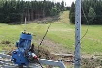 O dvě dvousedačkové a dvě čtyřsedačkové lanovky posilují lyžařské areály v Malé Morávce. Do začátků zimní sezony mají být vleky na svazích Jeseníků hotovy.