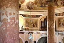 Kaple je uvnitř vyzdobena mnoha freskami.