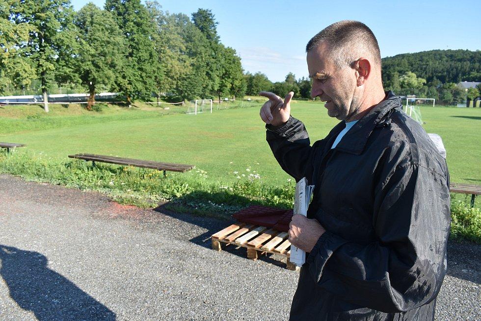 Starosta Třemešné Rostislav Kocián stojí v místě, kde záhadně mizí a zase se objevuje materiál na bezpečnostní doskočiště.