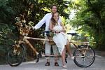 Markéta Čeřenová z Krnova je průkopníkem bambusové cyklistiky. Se svým argentinským přítelem Nicolásem už projeli na bambusových kolech Argentinu, Bolívii a Brazílii. Dobrodružné putování skončilo svatbou a vydáním společné knihy.