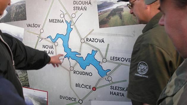Ani rybáři čekající na své úlovky u Slezské Harty neunikli víkendové kontrole policistů.