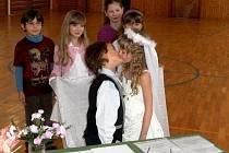 NOVOMANŽELSKÉ POLÍBENÍ přeškoláků Bronislava a Thaisinky bylo součástí svatebního obřadu, který si nanečisto vyzkoušely děti z karlovické základní školy.