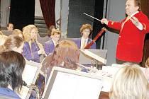 Luděk Tlach cvičí s orchestrem dvakrát týdně. Muzikálové melodie v podání orchestru zazní již v sobotu v divadle.