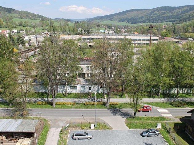 Chátrající areál dříve prosperujícího vrbenského podniku Dřevokombinát z okna bytu, v němž bydlí pamětník Jaroslav Koryčanský.