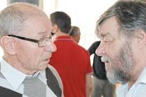 František Struška (vlevo) je předsedou MAS Hrubý Jeseník. Na snímku v rozhovoru s kolegou z bruntálského městského zastupitelstva Pavlem Bačgoněm (KSČM).