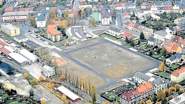 Území bývalých kasáren v Krnově. Podle záměru investorů zde mají vyrůst bytové domy.