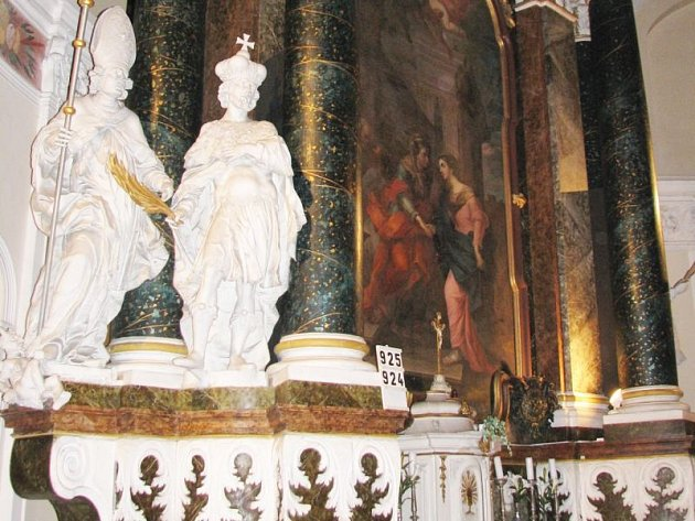 V pátek večer mohou zájemci v rámci akce Noc kostelů navštívit osmnáct kostelů v našem okrese. Na snímku je oltář filiálního kostela Navštívení Panny Marie v Rýmařově, zvaného kaple V Lipkách.