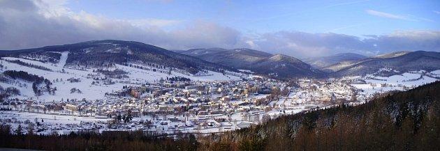 Každý den vyráží na mnohakilometrovou procházku do okolí Vrbna pod Pradědem student tamního sportovního gymnázia Radek Fabian. Při brodění ve sněhových závějích vrukou třímá fotoaparát.