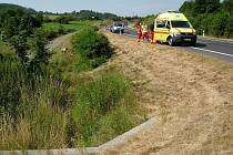 Nehoda se stala okolo 9 hodiny na silnici mezi Novými Heřminovy a Bruntálem. Podle dostupných informací sedmadvacetiletý muž na motorce autobus předjížděl přes plnou čáru, tedy v místě, kde je to zakázáno.