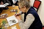 Snímek z veřejných setkání Věry Sosnarové s lidmi, na kterých vypráví o dlouhém věznění a krutostech v gulagu.
