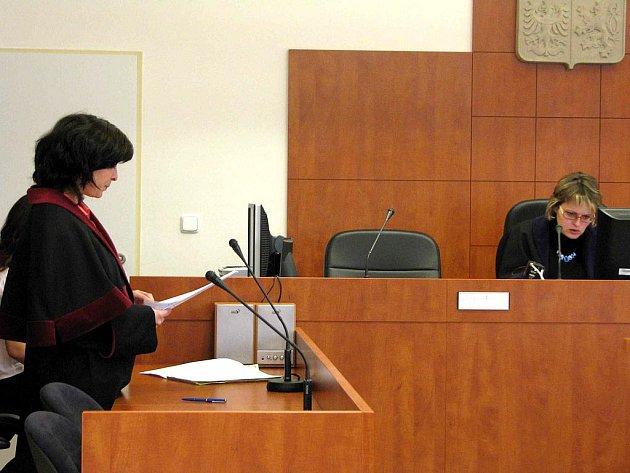 Státní zástupkyně Eva Pustějovská (vlevo) přečetla žalobu na Frederica Komuenha v jeho nepřítomnosti, bijec se nedostavil. Vpravo soudkyně Jana Janečková.