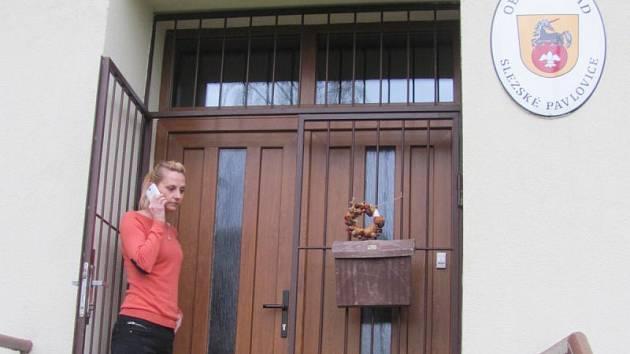 Slezské Pavlovice po roce čekají nové volby. Současní zastupitelé nejsou schopni spolu komunikovat, zastupitelé za KSČM i jejich náhradníci složili mandáty, zastupitelstvo v čele se starostkou Lenkou Drozdovou není usnášeníschopné.