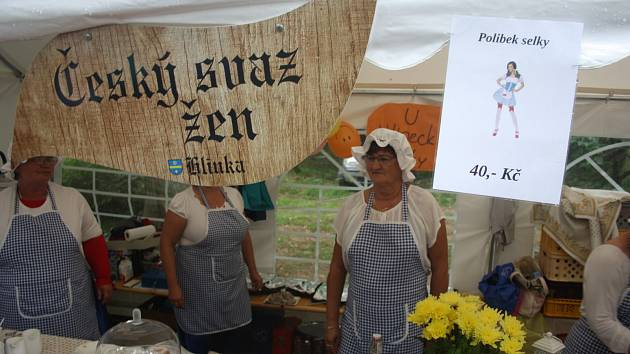 Polibek selky za 40 korun nechával labužníky na pochybách, zda jeho podstatou jsou speciality selské kuchyně nebo projev náklonnosti některé z krojovaných kuchařek Českého svazu žen.