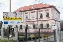Bývalá škola v Chářovské ulici se změnila na dům na půl cesty, který usnadní vstup do života mládeži z dětských domovů a pěstounských rodin. Má devět bytových jednotek a celkovou kapacitu 17 lůžek.
