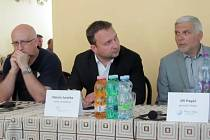 Setkání starosty Nových Heřminov, ministra zemědělství a generálního ředitele Povodí Odry upozornilo na závažný problém. Přestože realizaci přehrady brání referendum, nové stavby kolem řeky Opavy dostávají výjimku.