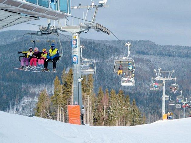 Jeseníky nabízejí v těchto dnech příznivé podmínky pro sjezdové lyžování, i běžkaři mají kam vyrazit.