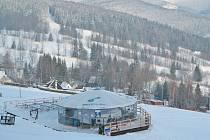 Díky umělému zasněžování i přírodní nadílce sněhu vlekaři v Malé Morávce Karlově pod Pradědem v sobotu spustí lyžování na první sjezdovce.