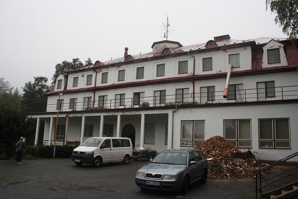Bývalé plicní sanatorium Ozon se 9.9. 2019 v 9.09 hodin poprvé představilo veřejnosti jako Lesní zámek a Muzeum nábytku. Výhledově sem bude přemístěna i restaurátorská škola a dílny.