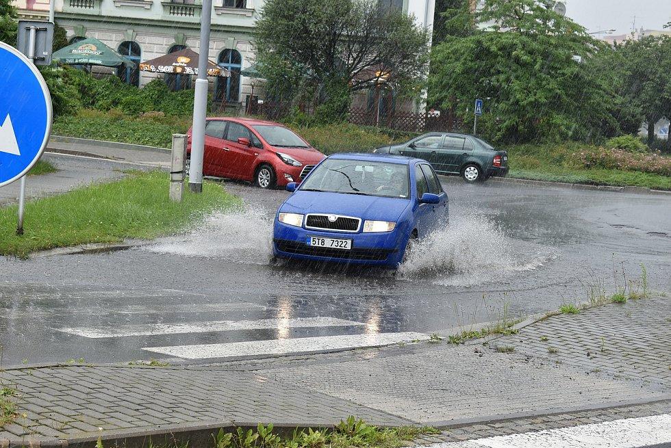 Krnovskem se 2. července odpoledně prohnaly další přívalové lijáky. Na zemědělském Osoblažsku prudké deště odnášely půdu z polí. Kalná voda se rozlila i i přes silnice.