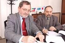 Ředitel brněnské univerzity Pavel Máchal (vlevo) při podpisu smlouvy s ředitelem bruntálské školy Ladislavem Konopkou.