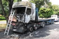 Náklaďáku shořela hodinu před polednem celá kabina, podle prvotní verze vyšetřovatelů se vzňala od autobaterií. Škoda vznikla čtyř set tisícová.